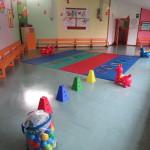 Un salone della Scuola dell'Infanzia allestito per l'attività motoria